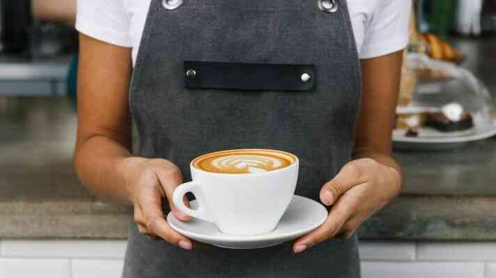 カフェでコーヒーをサーブ