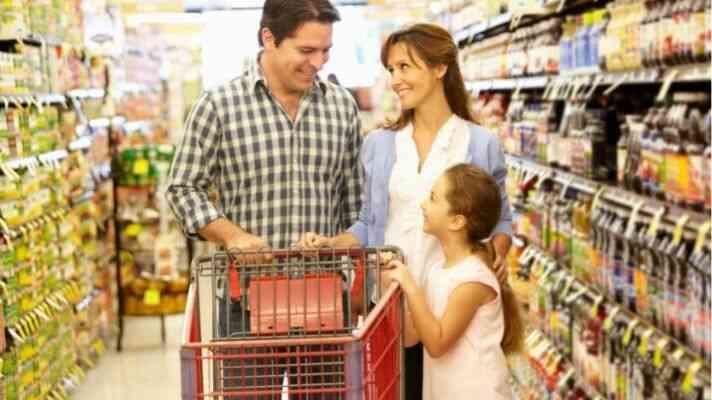 スーパーマーケットで買い物する親子